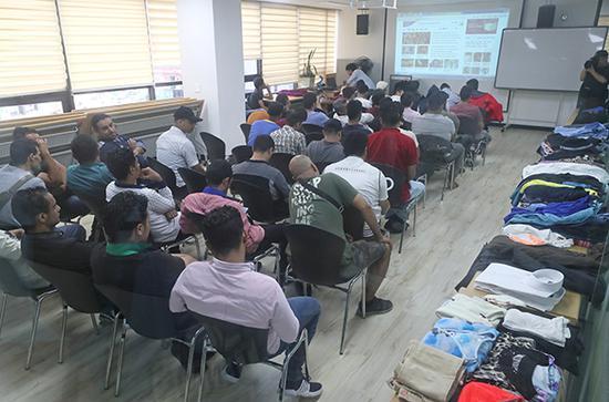 也门难民在济州岛的难民中心等候进行身份审查