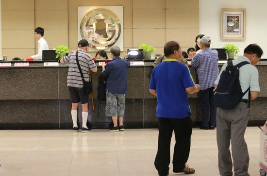 图为台湾军公教前往柜台询问自身权益。(来源:联合新闻网)