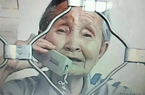 ▲2018年6月,关桂侠(李淑贤三女儿)去监狱探望母亲,老太太神情悲伤。图片来源:财新网。
