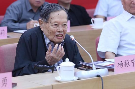 诺贝尔物理学奖获得者杨振宁发言 杨天鹏 摄