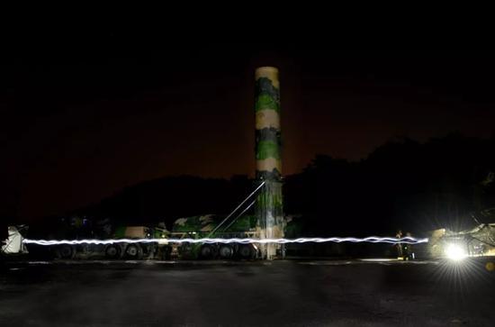 """中国人民解放军火箭军发布的""""东风-21""""弹道导弹图片"""
