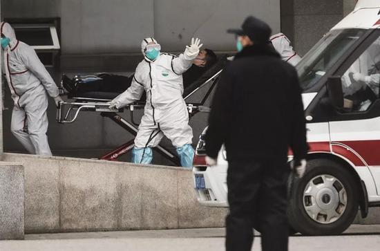 2020年1月17日,医护职员将患者送至武汉金银潭医院。摄影/无畏