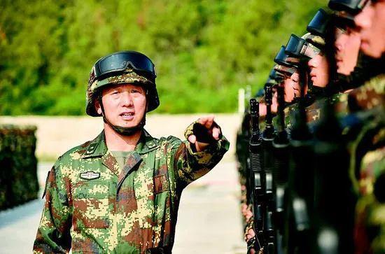 李军指导队员训练 图源:湖北日报