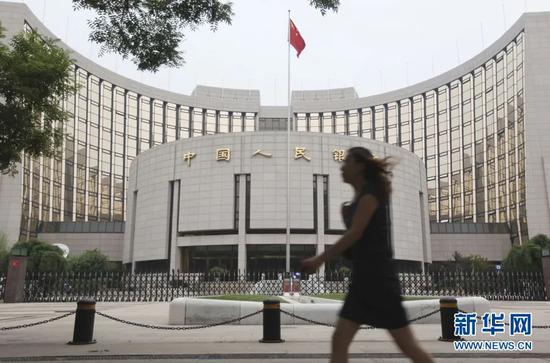 ▲资料图片:一名行人从位于北京的中国人民银行大楼前走过。新华社发(梁志强 摄)