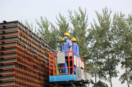 天富代理,京雄城天富代理际500米长钢轨图片