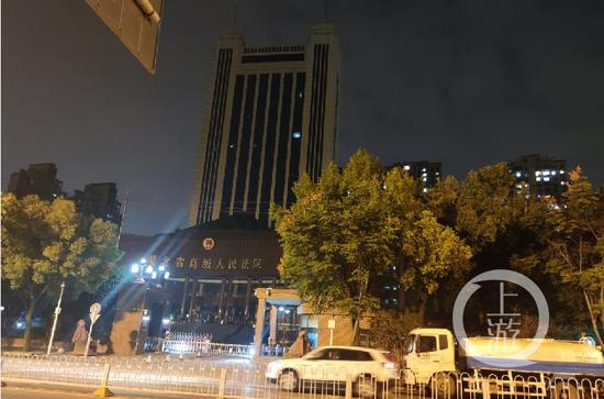 ▲10月19日晚上,湖北省高院。拍照/ 闻<a href=