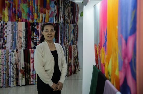 4月5日,浙江义乌,第五代市场-义乌国际商贸区内,何海美在她的围巾店中。新京报记者 彭子洋 摄