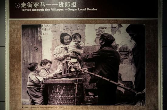 浙江义乌,走街串巷的货郎担(翻拍于中国小商品城发展历史陈列馆)。新京报记者彭子洋 摄