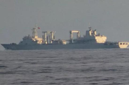 ▲印度海军拍摄到舷号不清的补给舰应该是中国海军886千岛湖号综合补给舰。