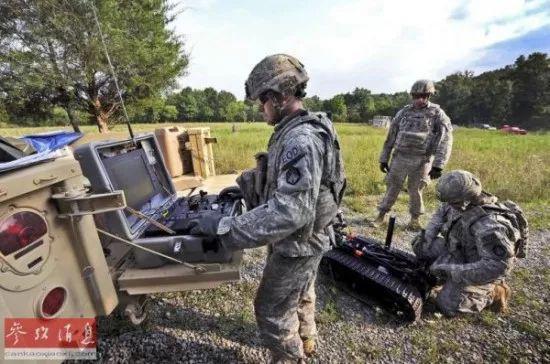 ▲美军战士正在布置作战机器人。(美国《国家利益》双月刊网站)