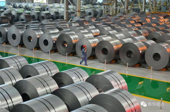 河钢集团邯钢公司的工作人员在钢卷存放库区内巡视(2016年6月23日摄)。 新华社记者牟宇 摄