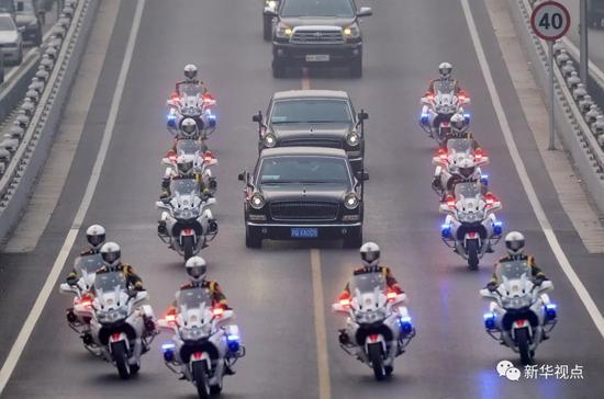 2014年10月24日,摩托车护卫国宾车队参加在北京人民大会堂举行的外事活动。新华社记者陈晔华摄