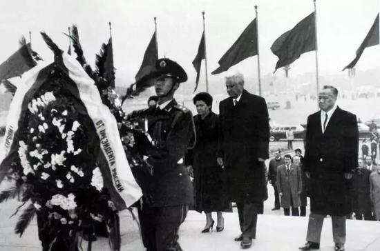 △1992年,叶利钦和夫人敬献花圈
