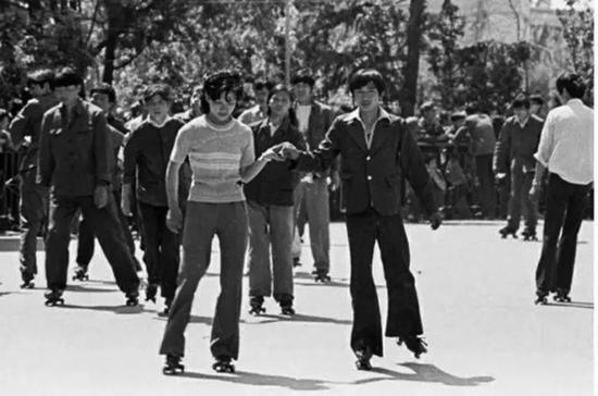 20世纪80年代,北京,穿喇叭裤的青年