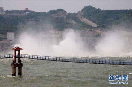 2018年7月3日,黄河小浪底水库在泄洪。图片来源:新华社