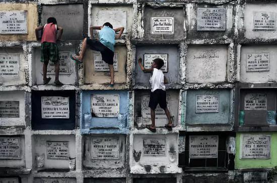 孩子們在墓地裏玩耍