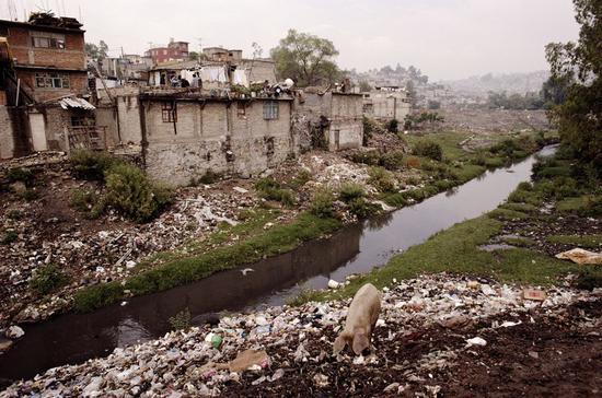 (图为墨西哥某城市运河边的垃圾场与贫民窟 图源:视觉中国)