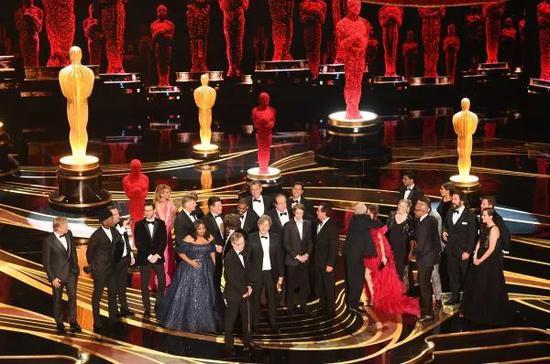 ▲第91届奥斯卡颁奖礼现场,《绿皮书》 剧组成员相?#30331;?#36154;。(视觉中国)