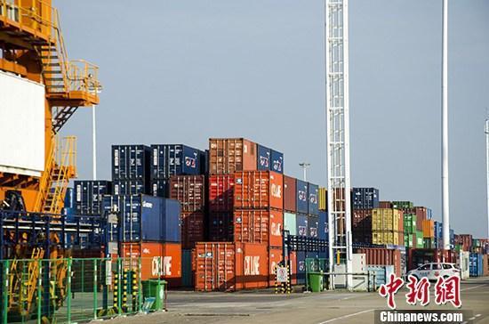 海关总署:中国前8个月贸易顺差1
