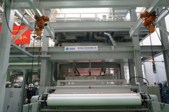 图为国机团体弘大研究院为中国石化燕山石化提供的熔喷布出产设备。国机团体/供图