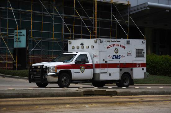 正在运送病人的救护车。(图源:路透社)