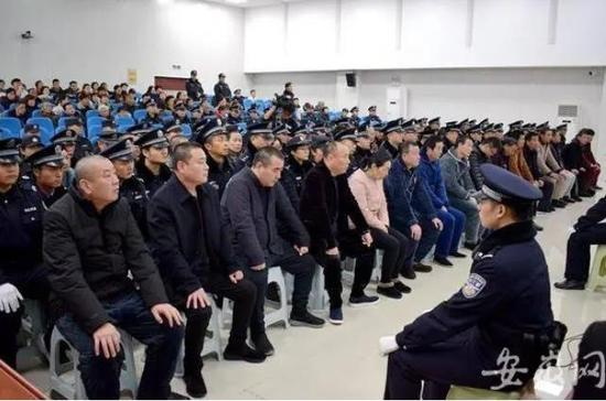 """包庇纵容""""刘氏兄弟""""黑社会组织 安徽一公安局干部获刑图片"""