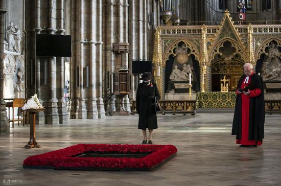 英国女王首次戴口罩亮相 为无名烈士墓碑献花(图)