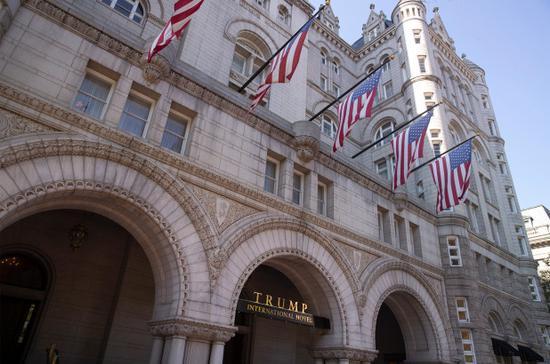 美国一男子在特朗普酒店外被捅伤 大批警车出动(图)