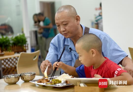 8月7日,冯军和儿子一起吃午饭。