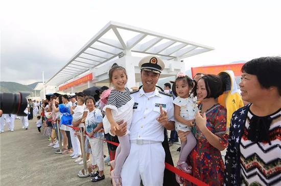 百名官兵家属参加了欢迎仪式。