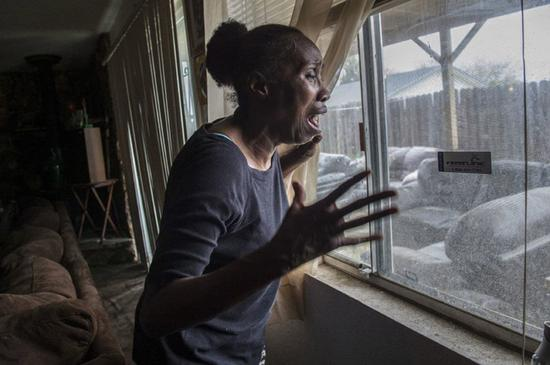 图为克拉克祖母惊恐地回忆孙子在后院被警察打死。(来源:美联社)