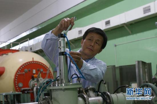 工作中的苏胜勇。新华网发(照片由中国原子能科学研究院提供)