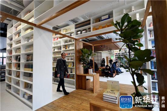 读者在北京西城区北京坊内的PAGEONE24小时书店阅读(4月4日摄)新华社记者 罗晓光 摄