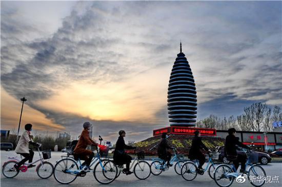 市民在河北雄安新区容城县县城道路上骑行(3月29日摄)。新华社记者 牟宇 摄