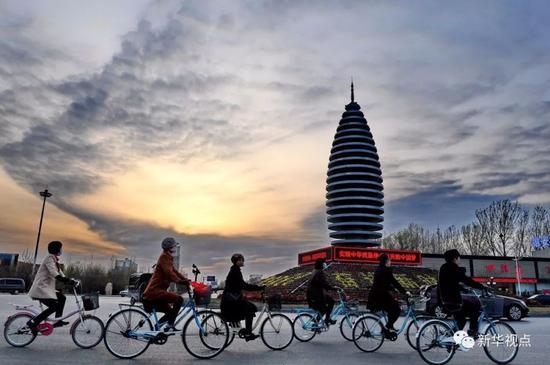 市民在河北雄安新区容城县县城道路上骑行(3月29日摄)。新华社记者牟宇 摄