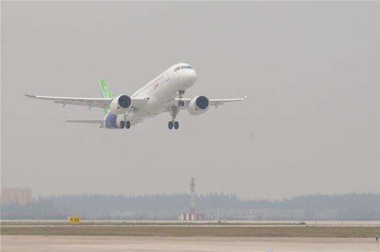 2017年5月5日,中国首款国际主流水准的干线客机C919首飞。新华社记者丁汀摄