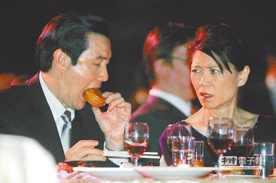"""2008年,马英九(左)与夫人周美青(右)参加晚宴,拿起红豆饼大口咬下,周美青回以白眼。(图片来源:台湾""""中时电子报"""")"""