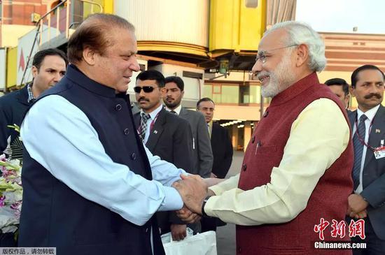 ▲资料图片:2015年12月25日,印度总理莫迪突访巴基斯坦,与时任巴总理谢里夫在拉合尔会面,这被视为印巴关系融冰之旅。