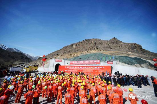 """这是2016年2月27日在乌兹别克斯坦安格连—帕普铁路卡姆奇克隧道出口拍摄的全隧贯通仪式现场。由中铁隧道集团承建的安格连—帕普铁路卡姆奇克隧道全长19.2公里,为""""中亚第一长隧道"""",改变了乌境内运输需绕道他国的窘境,对于乌兹别克斯坦改善民生、发展经济和对外联通有着重要意义。新华社记者沙达提摄"""