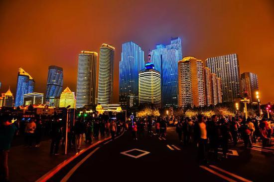 △中国山东青岛夜景。随着上合组织青岛峰会的临近,沿海一带热门景点的立面灯光秀绚丽夺目。