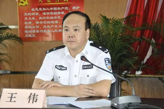 """王伟此次落马可谓有些""""突然""""。出事当天,他还出现在当地的报纸上。"""