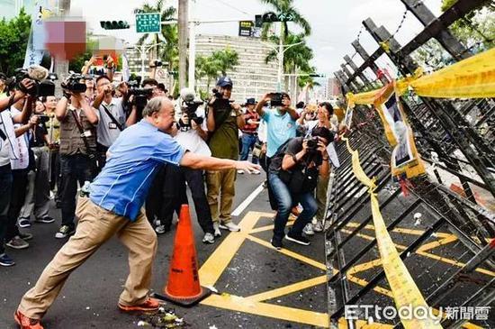 八百壮士发动游行抗议