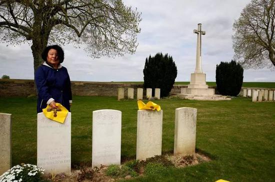 程玲在爷爷的墓碑前