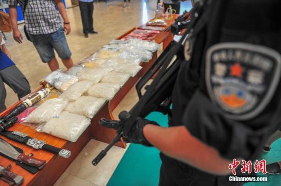 资料图:公安机关展示缴获的毒品及作案工具。中新社记者 于海洋 摄