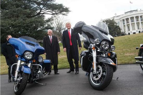 2017年2月2日,川普在白宫前与哈雷戴维森的工作人员会面。(法新社)