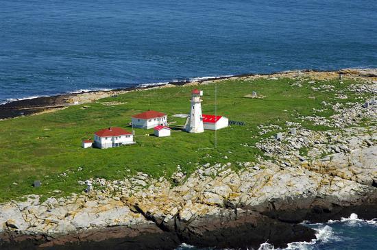 """玛基亚斯海豹岛上啥也没有,只有一座灯塔和几栋房子 图源:""""玛基亚斯""""网"""