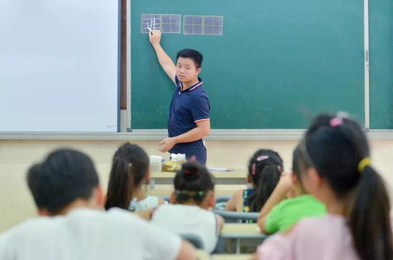 △2018年,浙江杭州一小学的书法课。