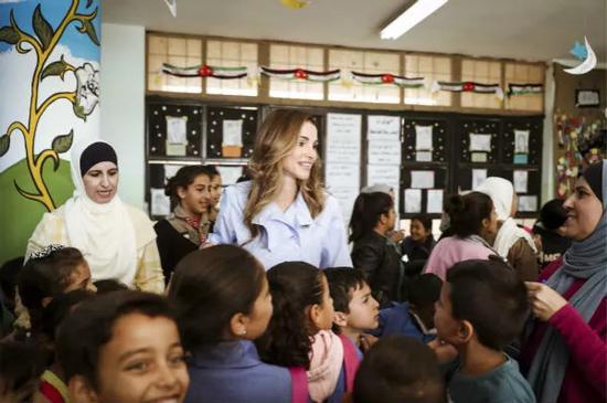 2018-09-20,约旦王后拉尼娅访问首都安曼的一所男女混合中学。照片由王后办公室提供。