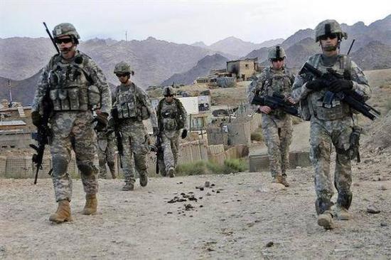 正在巡逻的美军