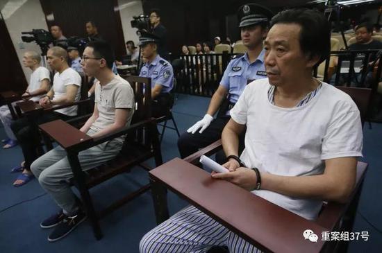 ▲2018年9月7日,被告人滕某(右一)等四人在法庭上受审。新京报记者王贵彬 摄